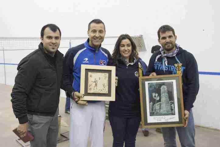 Enric Porcar, Noemí Torrijos (presidenta del club), el jugador Dani i Lluís Ramos (secretari del club Pilotari