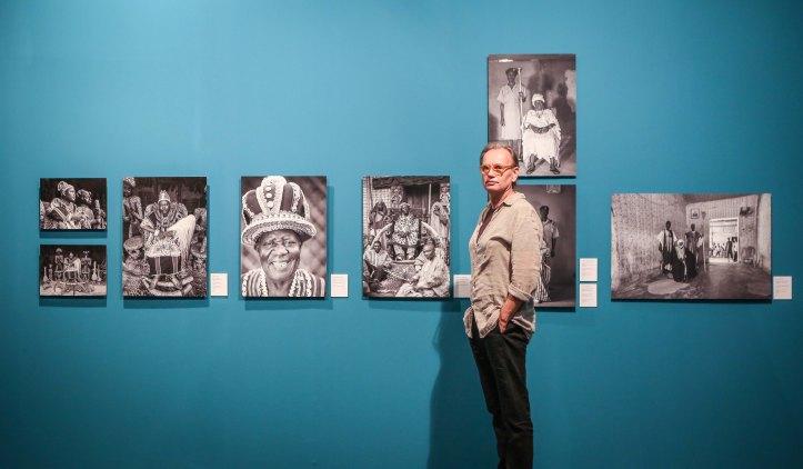 Alfred Weidinger junt a les fotografies de reis africans_02