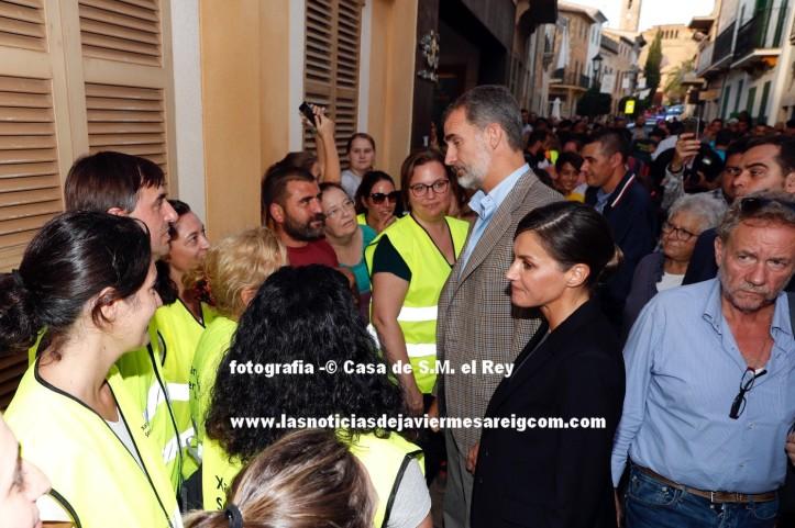Sus Majestades los Reyes durante el recorrido por las calles de Sant Llorenç